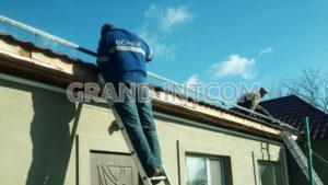 Выполнение работ по креплению профиля монтажного на крыше для установки солнечных панелей.