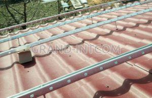 Установленный профиль на крыше.